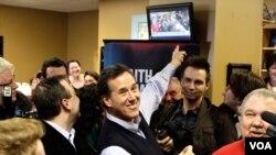 Mantan Senator AS dari negarabagian Pennsylvania, Rick Santorum (tengah) tampil mengejutkan dalam kaukus di Iowa dengan mengungguli kandidat partai Republik lainnya (foto: dok).