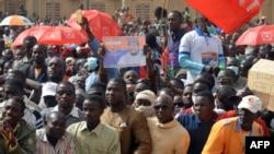 Des manifestants marchent contre la loi des finances à Niamey, le 31 décembre 2017.