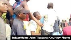 Bavandi ya Bunia batamboli na moto ya elenge mwasi moko abomamaki na basimba minduki, Itrui, 18 juillet 2019. (Bilili ya Twitter/Maire John Tibasana)