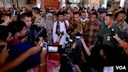 Indonesian President Joko Widodo visits Tanah Abang market in Jakarta, Feb. 1, 2015. (Andylala/ VOA)