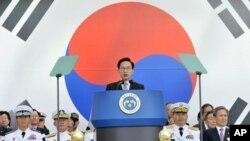 26일 한국 계룡대에서 열린 한국군 창설 64주년 '국군의 날' 기념식에서 기념사를 하는 이명박 대통령.