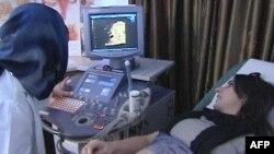 Dr. Mutahar Fauzia ultrazvukom proverava razvoj bebe Lajke Ahmed
