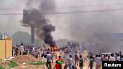9月25日蘇丹民眾走上街頭,抗議政府削減燃料補貼。
