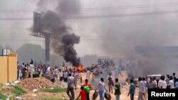 Para demonstran berunjuk rasa menentang pemotongan subsidi BBM di Khartoum (25/9/ 2013). Dilaporkan setidaknya 29 tewas dalam aksi demonstrasi itu.