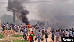 Demonstran anti pemotongan subsidi BBM di ibukota Khartoum menuntut Presiden Sudan agar mundur (foto: 25/9).