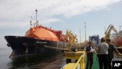 Los trabajadores se paran en el nuevo Petroleo Brasileiro SA, o la terminal de gas natural licuado de Petrobras en la bahía de Guanabara en Río de Janeiro, el miércoles 18 de marzo de 2009. (Foto AP / Archivo)