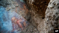 The fresco ''Leda e il cigno'' (Leda and the swan) discovered last Friday in the Regio V archeological area in Pompeii, near Naples, Italy, is seen Monday, Nov. 19, 2018. (Cesare Abbate/ANSA via AP)