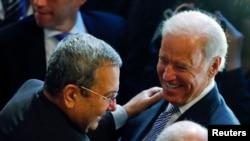 美國副總統拜登(右)星期六在慕尼黑舉行的安全政策會議上會見以色列國防部長巴拉克