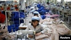 朝鲜员工在开城工业园区一家韩国人拥有的公司做缝纫工作。开城工业园区距离南北军事分界线仅1公里。(图片日期:2013年12月)