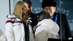 美国总统女儿伊万卡和朝鲜劳动党中央委员会副委员长金英哲(右)在冬奥会闭幕式上