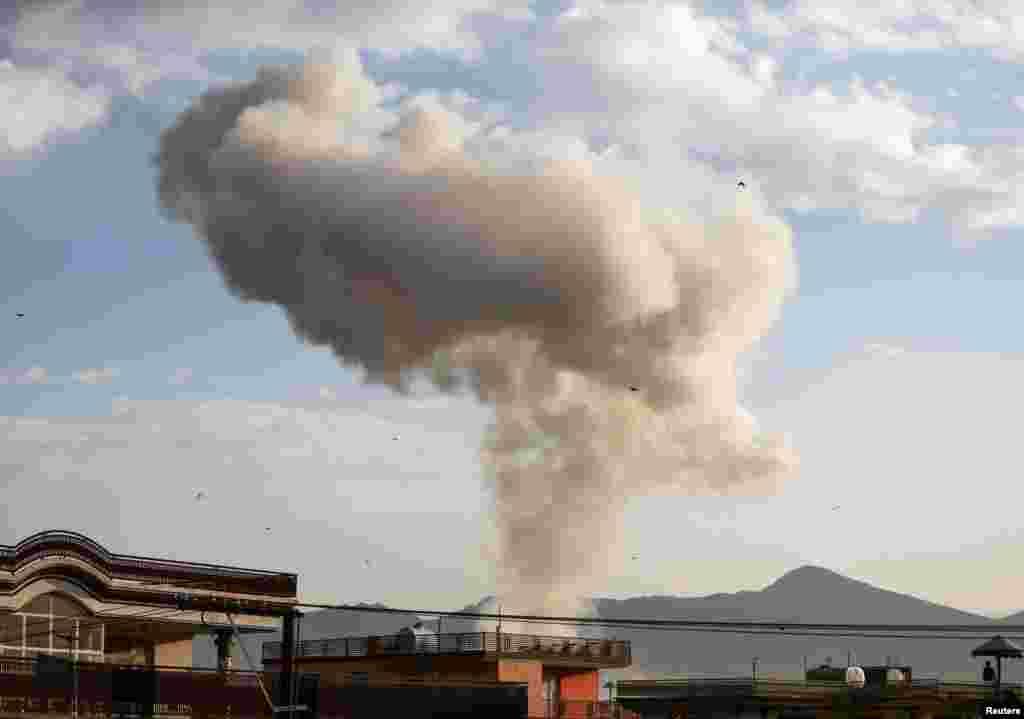 دھماکے کے بعد دھویں کے بادل چھا گئے جو فضا میں دور دور تک دکھائی دیے۔