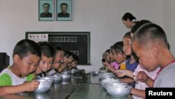 북한 평안남도 태동군의 한 탁아소에서 어린이들이 식사를 하고 있다. (자료사진)