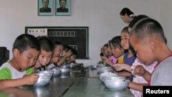Trẻ em Bắc Triều Tiên ăn trưa tại trường mẫu giáo nhà nước ở quận Taedong, ở phía nam tỉnh Pyongan, Bắc Triều Tiên, ngày 18/7/2005.