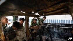 Chiếc xe bị phá hủy trong một cuộc đột kích của cảnh sát vào một nơi ẩn náu của phiến quân al-Qaida ở Arhab, phía bắc thủ đô Sanaa, Yemen, 27/5/2014.
