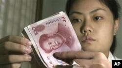 中国的银行职员在点数人民币(资料照片)