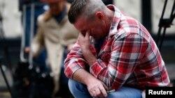 Uno de los clientes habituales del bar escocés, consternado tras el trágico accidente.