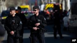Cảnh sát Pháp phong tỏa khu vực xung quanh vụ tấn công khủng bố ở Trebes, miền Nam nước Pháp, ngày 23/3/18.
