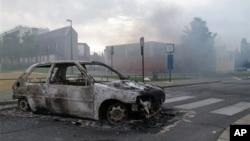 13일 프랑스 북부에서 빈곤층 젊은이들의 소요 사태가 발생한 가운데, 불에 탄 자동차.