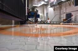 Các nhà khoa học dùng một chuỗi các chất mài mòn để đánh bóng tấm gương đến một mức độ chính xác được quy định (Ảnh: Giant Magellan Telescope-GMTO Corporation)