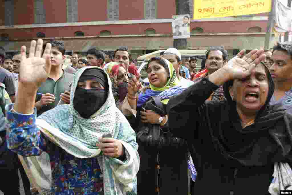 Relatives react as a police van carrying prisoners arrives at the gate of the central jail after the verdict was announced for a 2009 mutiny, Dhaka, Nov. 5, 2013.