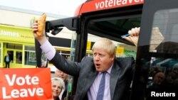 ທ່ານ Boris Johnson ອະດີດ ຜູ້ປົກຄອງ ນະຄອນ London ຖືເຂົ້າຈີ່ກ້ອນນຶ່ງ ເວລາລົງອອກຈາກລົດເມ ໃນລະຫວ່າງ ການລິເລີ້ມ ໂຄສະນາ ການລົງຄະແນນສຽງຣຽກຮ້ອງໃຫ້ຖອນ ອອກຈາກການເປັນສະມາຊິກ ສະຫະພາບຢູໂຣບ ຂອງອັງກິດ, ໃນນະຄອນ Truro, ປະເທດອັງກິດ, ວັນທີ 11 ພຶດສະພາ 2016.