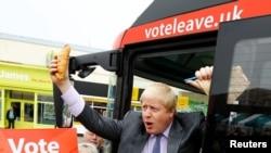 前伦敦市长约翰逊在巴士上手握康沃尔馅饼(2016年5月11日)
