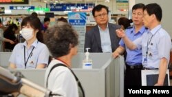 홍익태 한국 해양경비안전본부장이 12일 인천항 국제여객터미널을 방문해 중동호흡기증후군(메르스) 확산 방지 대응현장을 점검하고 있다.