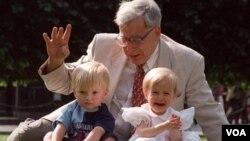 Profesor Robert Edwards, pelopor pembuahan lewat bayi tabung berpose bersama dua anak hasil bayi tabung di London (foto dokumentasi: 20 Juli 1998). Edwards memenangkan hadiah Nobel Kedokteran 2010.