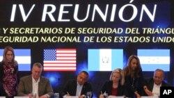La secretaria de seguridad nacional de EE.UU., Kirstjen Nielsen (segunda desde la derecha) firma documentos con ministros de El Salvador, Honduras y Guatemala, durante una reunión en San Salvador para discutir un plan de seguridad regional. Febrero 20 de 2019.