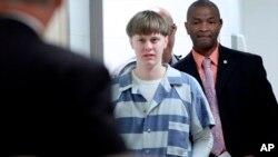Dylann Roof ingresa a la sala de la corte en el Centro Judicial del Condado de Charleston el lunes 10 de abril de 2017 para presentar su declaración de culpabilidad por cargos de asesinato en Charleston, Carolina del Sur.