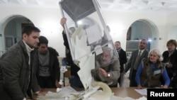 Mahalliy saylov komissiyasi byulletenlarni hisoblamoqda, Kiyev shahri, Ukraina, 28-oktabr, 2012-yil.