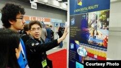 Seorang karyawan Slingshot menjelaskan tentang produk-produk AR/VR perusahaan teknologi tersebut kepada pengunjung SXSW. (Foto courtesy: WIR).