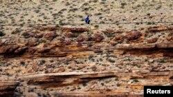 Nik Wallenda berjalan di atas kabel baja tipis sepanjang 426.7 meter menyeberangi Grand Canyon dari atas ketinggian 400 meter. (Reuters/Mike Blake)