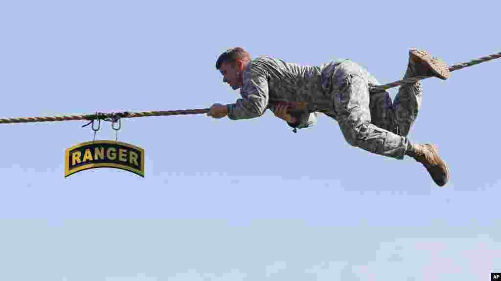 Un Ranger rampe sur une corde à hauteur lors d'une manifestation au cours d'une cérémonie de remise des diplômes vendredi 21 août 2015, à Fort Benning, en Géorgie.