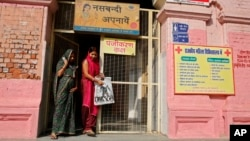 Dua perempuan India di depan pintu masuk sebuah rumah sakit di Varanasi, India (Foto: dok).