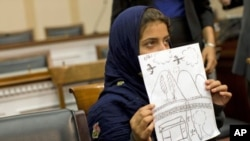 Nabila Rehman, de nueve años, muestra a los congresistas un dibujo del ataque en el que murió su abuela.