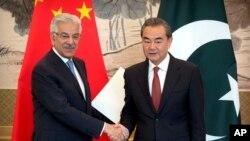 2017年9月8日,巴基斯坦外長阿西夫與中國外長王毅握手。