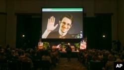 Edward Snowden berbicara melalui sambungan video langsung dari Rusia, saat penyerahan penghargaan di kota Molde, Norwegia Barat, Sabtu (5/9).