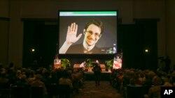 Edvard Snouden se putem video linka iz Moskive uključuje na konferenciju u Honoluluu, 14. februara 2015.
