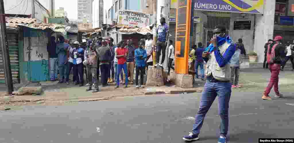 Manifestation de l'opposition dispersée à Dakar, au Sénégal, le 19 avril 2018. (VOA/Seydina Aba Gueye)