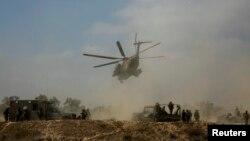 以色列軍方直升機在加沙接載受傷的士兵離開