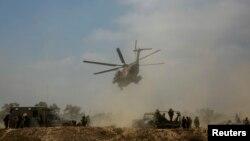 Helikopter militer Israel mengevakuasi tentara yang terluka dalam sebuah serangan di Gaza (23/7). (Reuters/Baz Ratner)