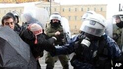 希臘防暴警察星期二向一名女示威者施放催淚瓦斯。