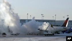 6일 미국 시카고 미드웨이국제공항에서 델타 여객기가 한파로 운행 장애를 일으켰다.