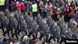 코소보 분리독립 5주년을 기념해 17일 거리행진에 나서 코소보군