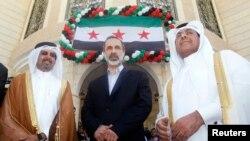 3月27日叙利亚反对派领袖哈提卜(中)出席卡塔尔首都多哈的叙利亚领事馆开馆仪式