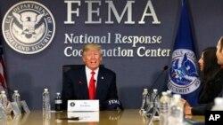 Presiden Donald Trump melakukan diskusi mengenai ancaman badai musim ini dengan para pejabat Badan Manajemen Darurat Federal atau FEMA, di Washington hari Jumat (4/8).