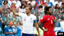 L'Anglais Harry Kane célèbre son cinquième but depuis le point de penalty alors que le Torontois Roman Torres semble abattu, le 24 juin 2018.