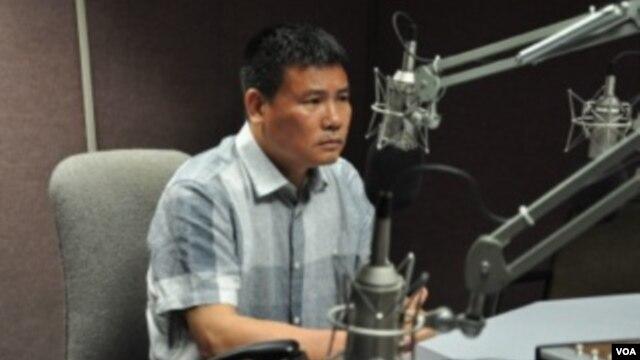 Blogger Trương Duy Nhất trong cuộc trao đổi với Tạp chí Thanh niên VOA.
