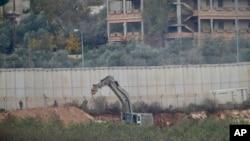 Militer Israel melakukan penggalian di perbatasan untuk menghancurkan terowongan yang dibangun oleh Hizbullah dari Lebanon, Rabu (4/12).